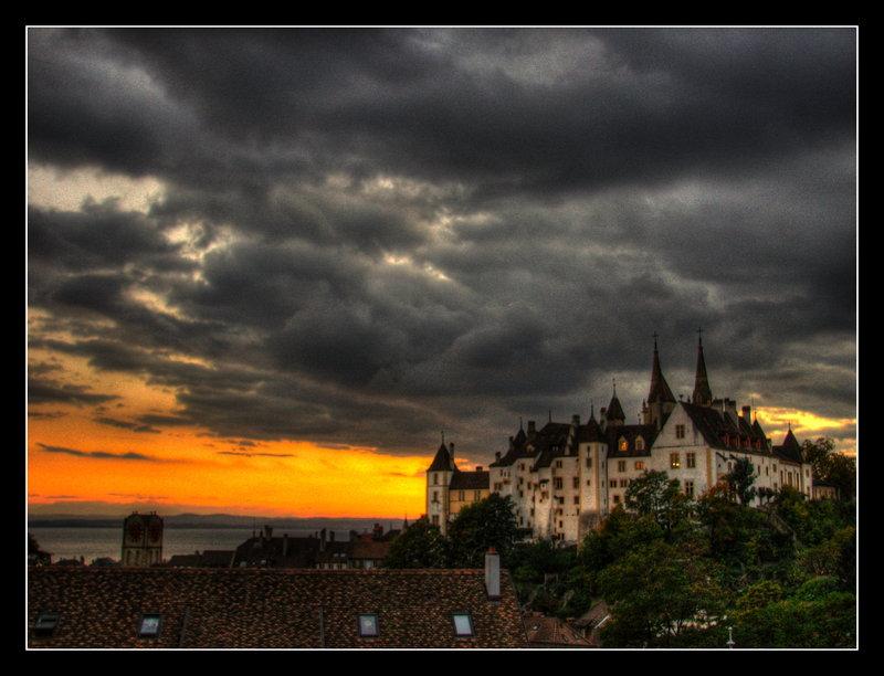 coucher de soleil inquiétant sur le château de Neuchâtel.jpg