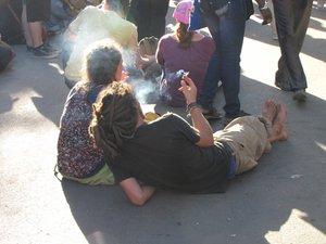 néo-hippie dans un nuage de fumée au fsm 2011 à Dakar.jpg