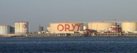 réservoir de pétrole dans le port de Dakar.jpg