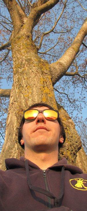 portrait Mathieu Despont méditation sous un arbre.jpg
