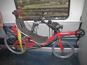 vélo couché dans un train à 2 étages.jpg