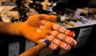 clavier projeté sur la main.jpg