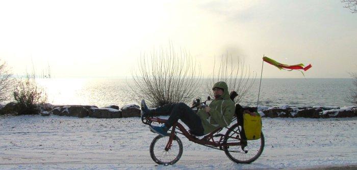 Mathieu Despont à vélo couché dans la neige