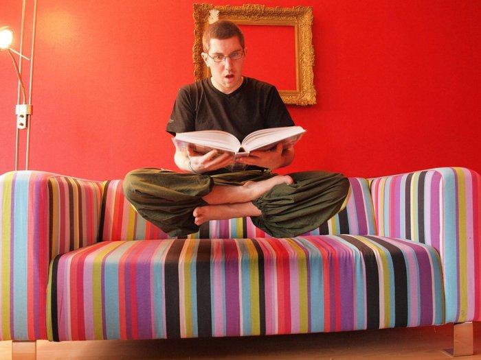 martouf fait de la levitation en pleine lecture.jpg