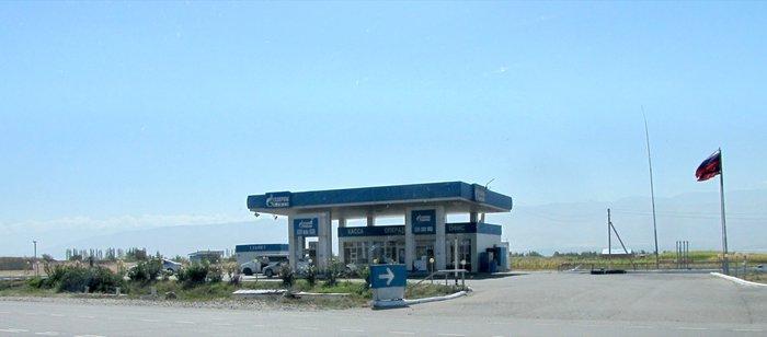 Station essence Gazprom au Kirghizstan avec des drapeaux russe qui flottent.JPG