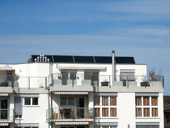 panneaux solaires thermiques sur un immeuble.JPG