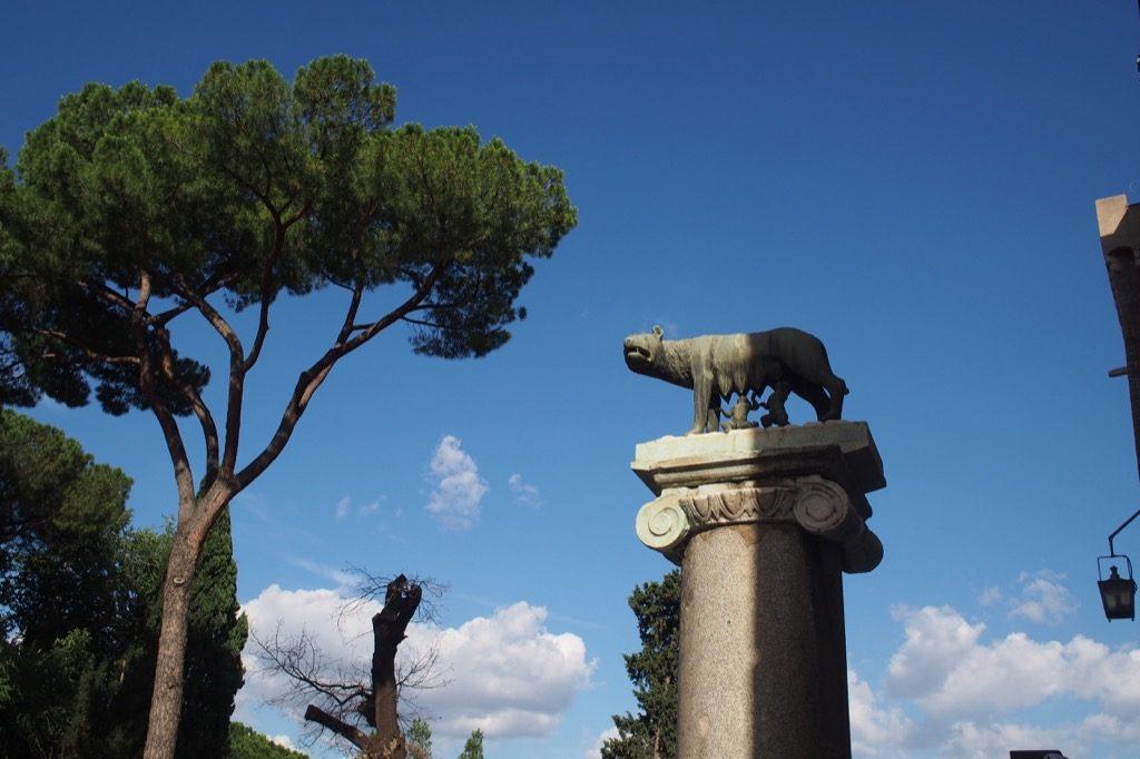 romulus et remus sous la louve statue au capitole a Rome