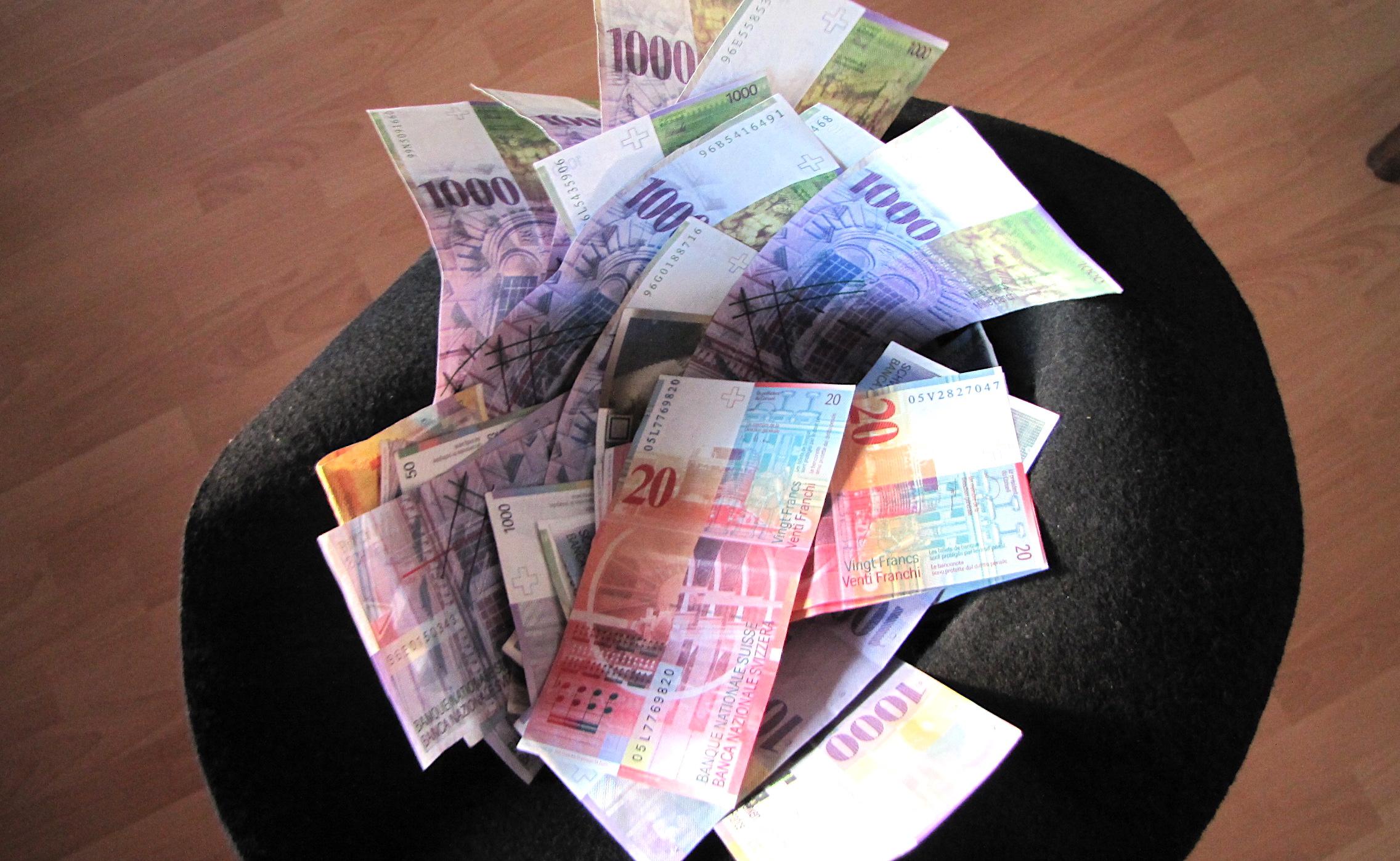chapeau plein de billets de 1000 CHF