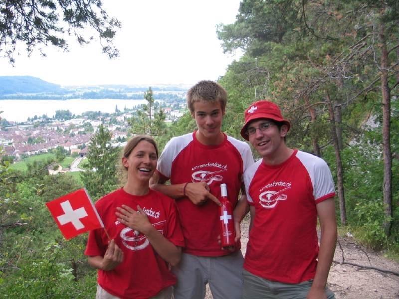 Alice tient un drapeau suisse Chrisitan bouteill et Mathieu