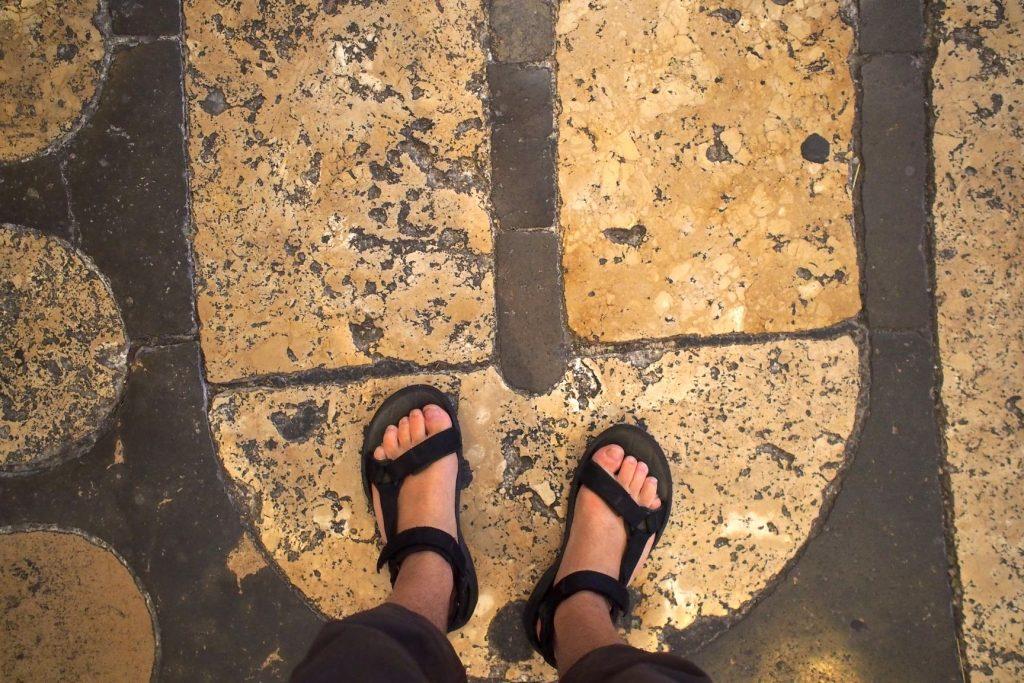 pieds de Martouf dans labyrinthe cahedrale chartres
