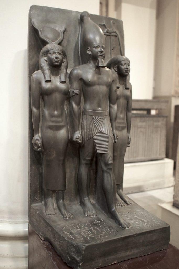statue mykerinos egyptienne Grauwacke