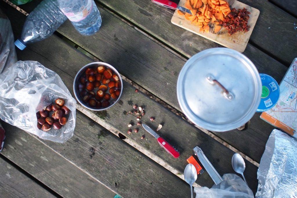 cuisine camping gaz casserole chataigne voyage a velo canaux bretagne