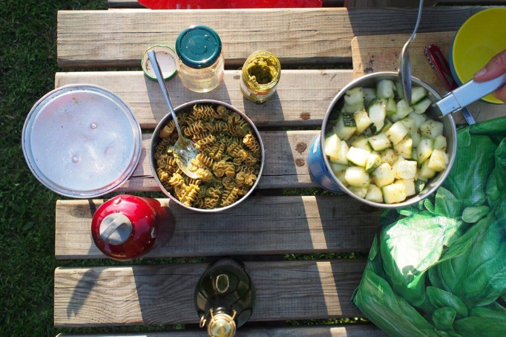 materiel repas voyage a velo camping tambouille gaz rechaud casserole pate courgette pesto
