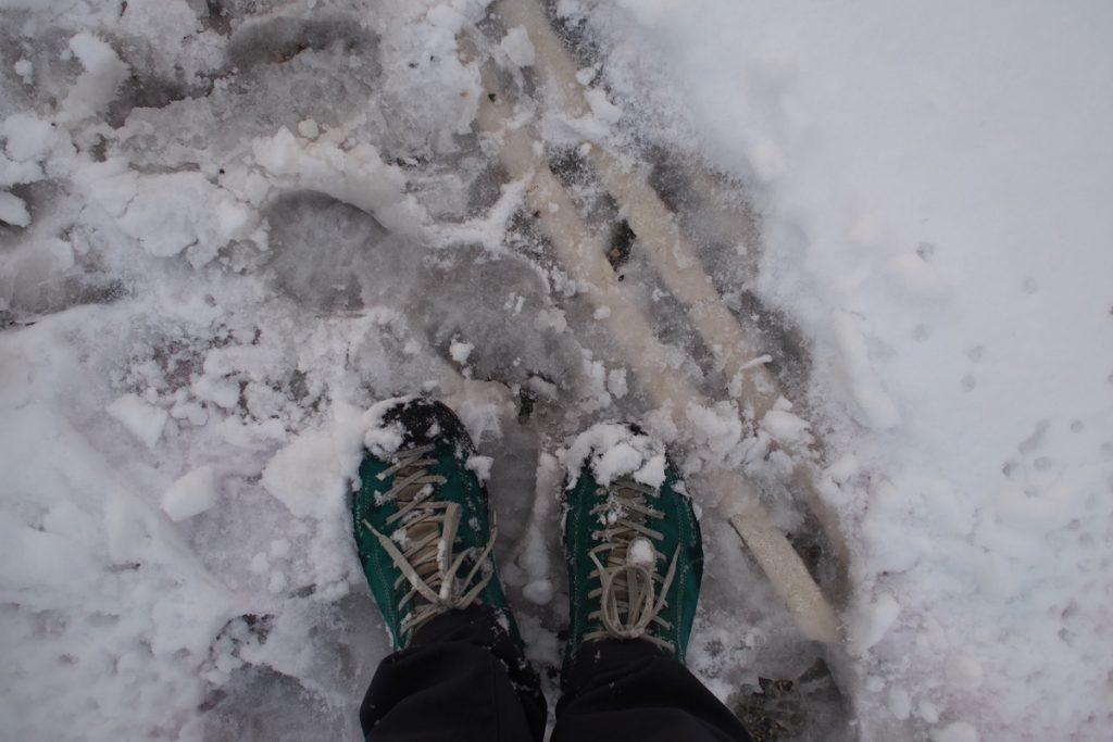 pieds de Martouf chaussure dans la neige