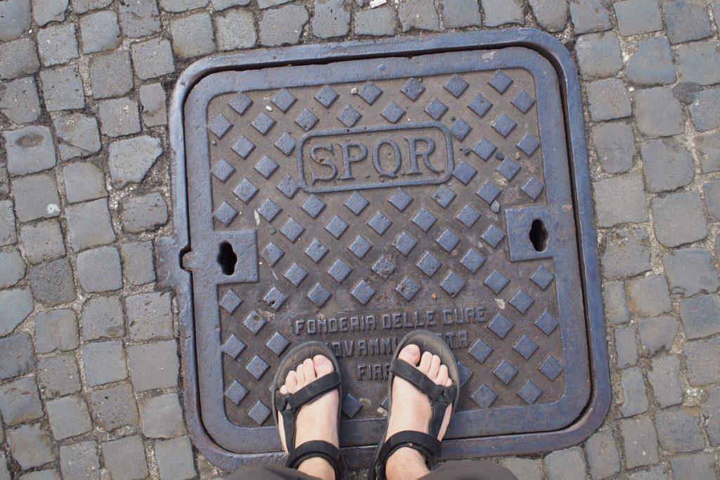 pieds de Martouf plaque egout SPQR Rome