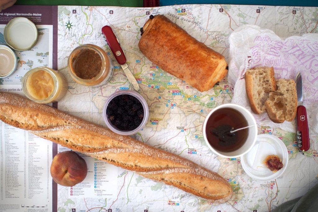 repas petit dejeuner baguette voyage a velo pain au chocolat the