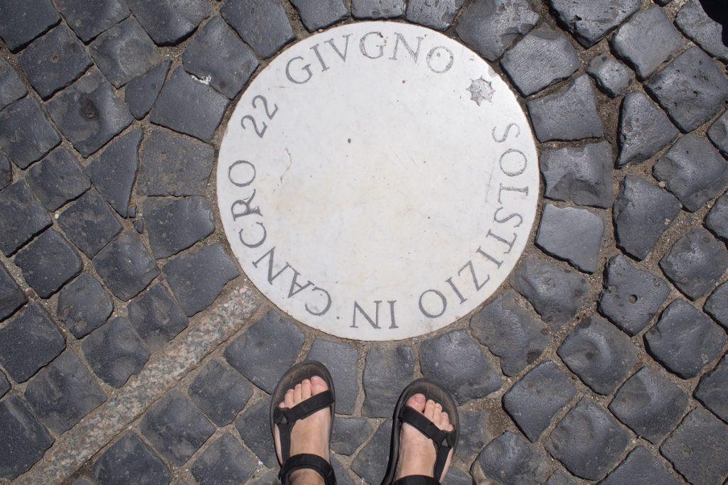 Marque du solstice d'été sur le calendrier solaire de la place St-Pierre à Rome.