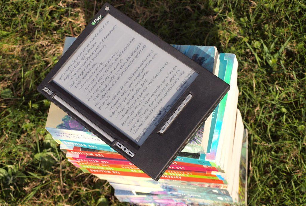 ici s arrete la realite editions collection livres utopie iliad pile de livre liseuse ebook
