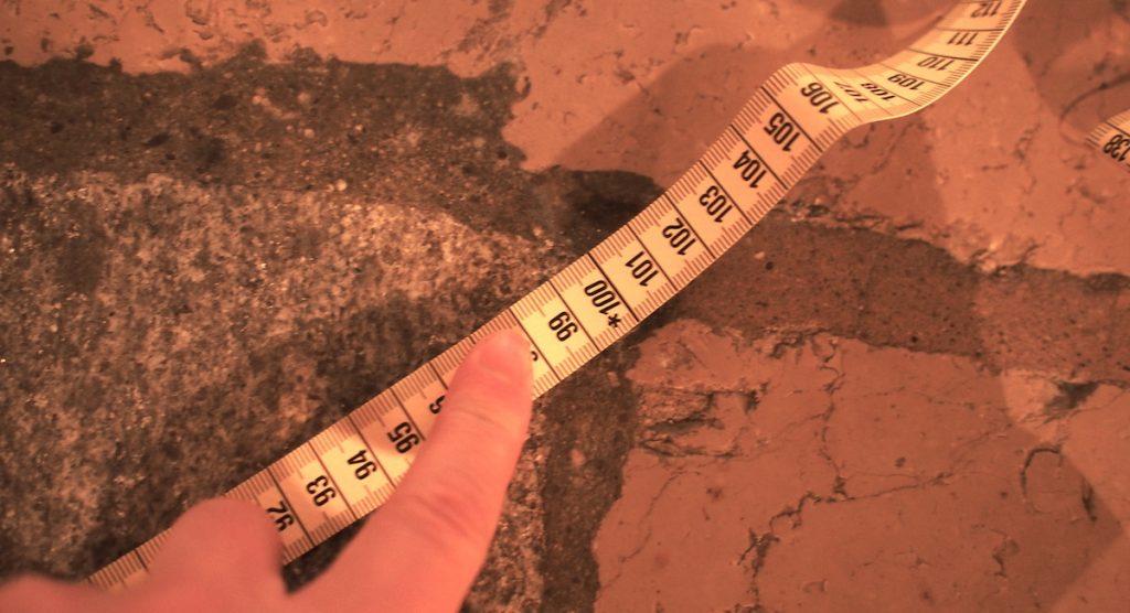 pierre angulaire de la cathédrale de Fribourg detail mesure diagonale 1 metre
