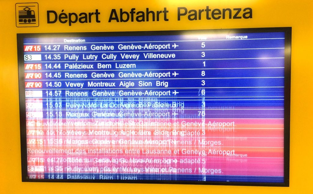 bug afficheur de train gare de lausanne. Le futur proche est net, le futur lointain est flou.