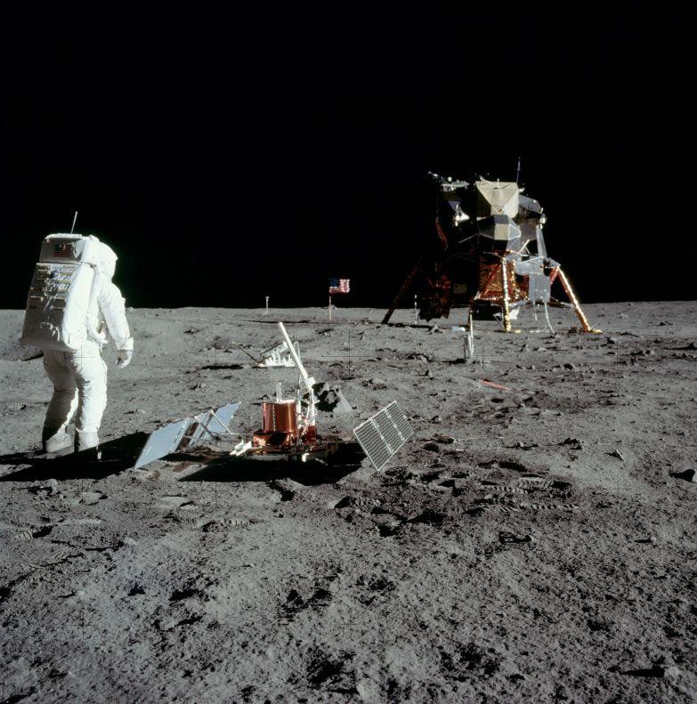 Apollo 11 PSE au premier plan avec le LRRR juste derrière, et la caméra de télévision à l'horizon au-delà du drapeau américain [Photo NASA AS11-40-5948]