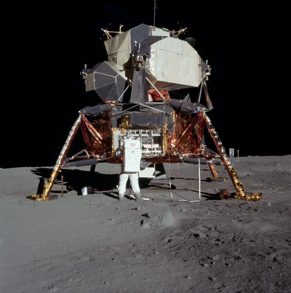 Buzz Aldrin extrait le sismomètre de la baie du module lunaire. apollo11