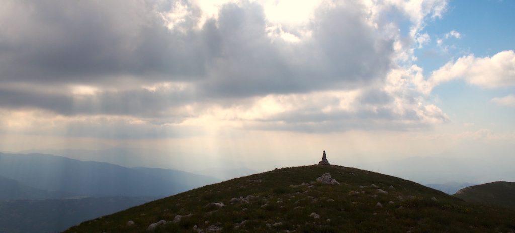 cairn au sommet montagne par national abruzzes quête de vision